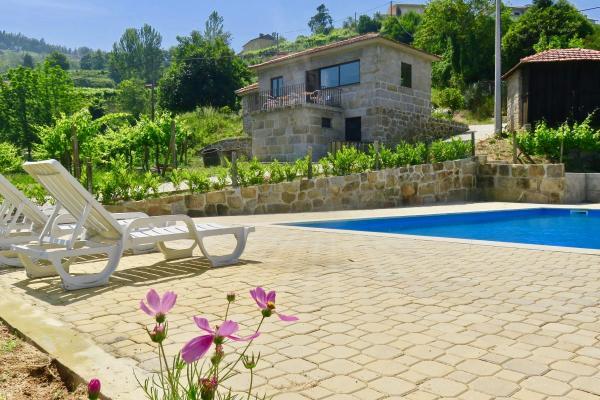 Casinha de Partezins for 5 people with pool