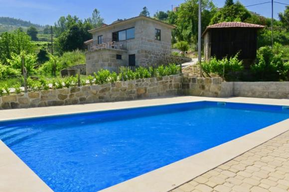 Casinha de Partezins for 3 people with shared pool